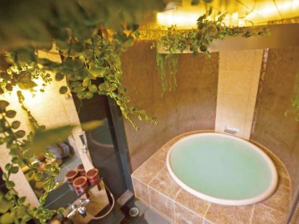 【貸切風呂「花天(かてん)」】浴槽と天井の照明が満月を想わせる※沸かし湯