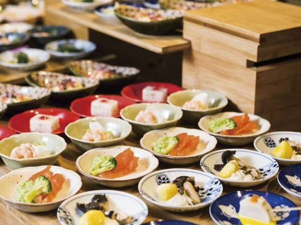 【夕食/例】季節の小鉢が並ぶ