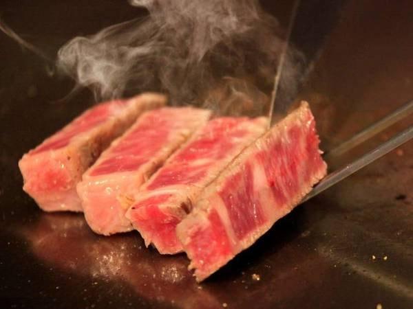 メインは熱々の牛ステーキ