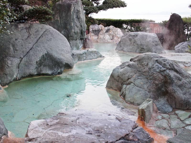 【男湯「五色岩の湯」/露天風呂】大きい岩が配された露天風呂