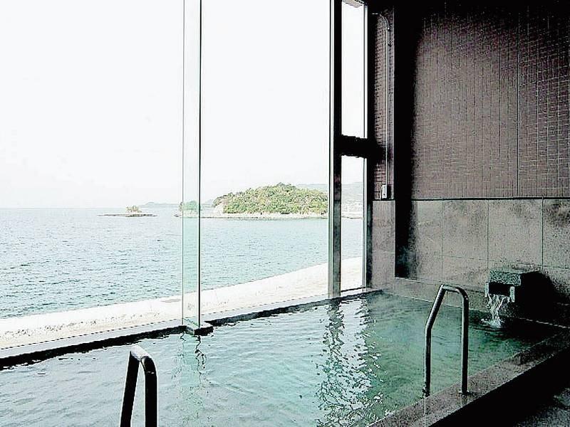 【男湯女湯「亀寿の湯」/大浴場】大きな窓からは海を一望!
