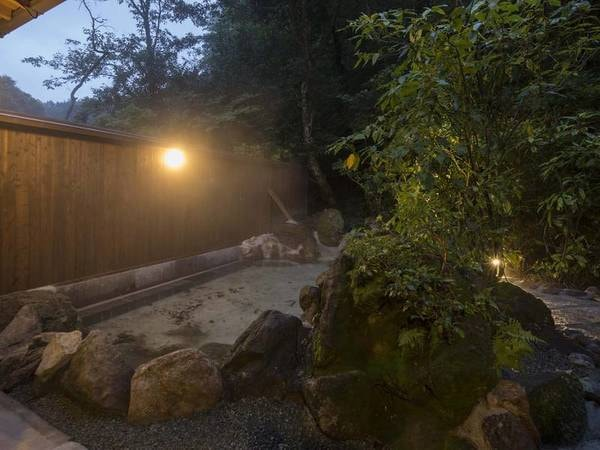 【露天風呂】湯の香漂う天然硫黄泉を満喫