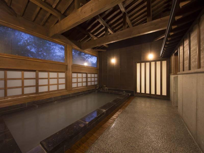 【大浴場】見上げるとむき出しになった天井の梁を眺め愉しめる