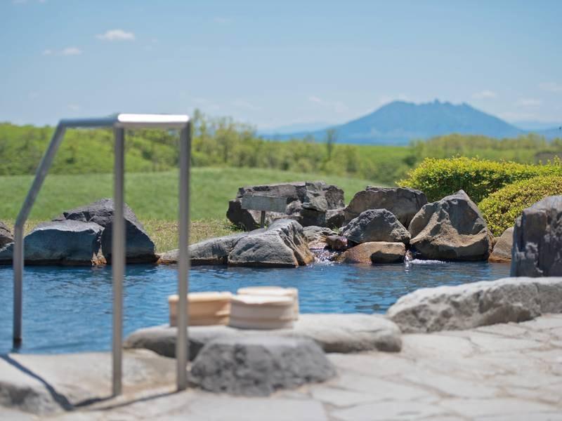 【露天風呂】雄大な阿蘇の大高原を望み、夜は満天の星空が広がる