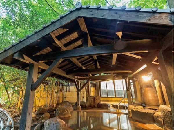 【旅館 わかば】肌寒い季節には、パチパチと燃える囲炉裏の火をながめながらの食事もおすすめ。黒川温泉の中でも特にアットホームなおもてなしに定評のある宿