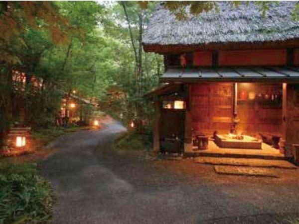 【囲炉裏小屋】露天風呂までの道のりには囲炉裏の小屋があります
