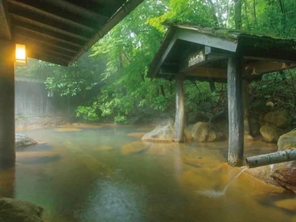 """【旅館 山河】黒川温泉の森に佇む、和情緒あふれる大人の一軒宿。ありのままの自然に抱かれ、""""せせらぎ""""や""""さえずり""""など四季折々の音に身を任せる至福の時間"""