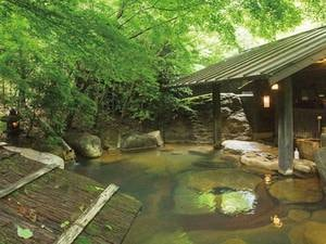 【女性専用露天風呂/四季の湯】旅館内を流れる小川にそって佇む女性専用の露天風呂