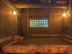 【大浴場/薬師の湯】露天風呂とは異なる泉質で、かすかな硫黄の香りと茶褐色の湯の花が舞うお湯