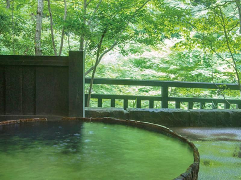 【貸切風呂/六尺桶風呂】大きな桶の湯船の半露天風呂