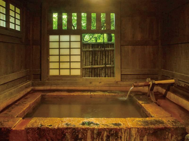 【貸切風呂/切石風呂】大人2~3名が入れる大きさの野趣あふれる切石の貸切風呂