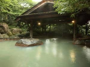 【龍胆の湯】ゆったりとした広さの混浴露天風呂は四季の移り変わりを肌で感じることができる