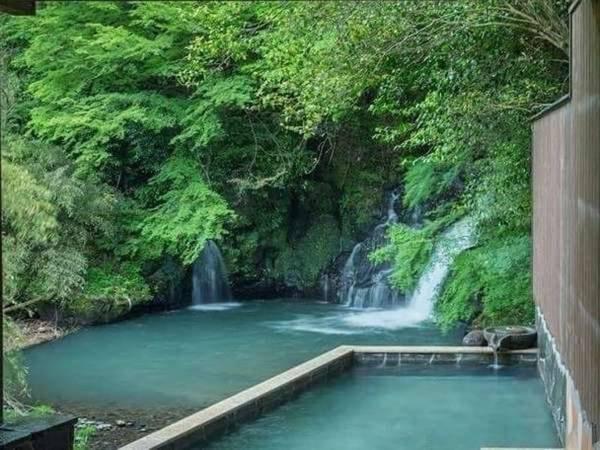 【滝の上温泉 お宿 花風月】全室露天風呂つきの離れなら、大人だけの上質な時間を満喫できます。夫婦やカップルの記念日に訪れたい、とっておきのプライベート空間