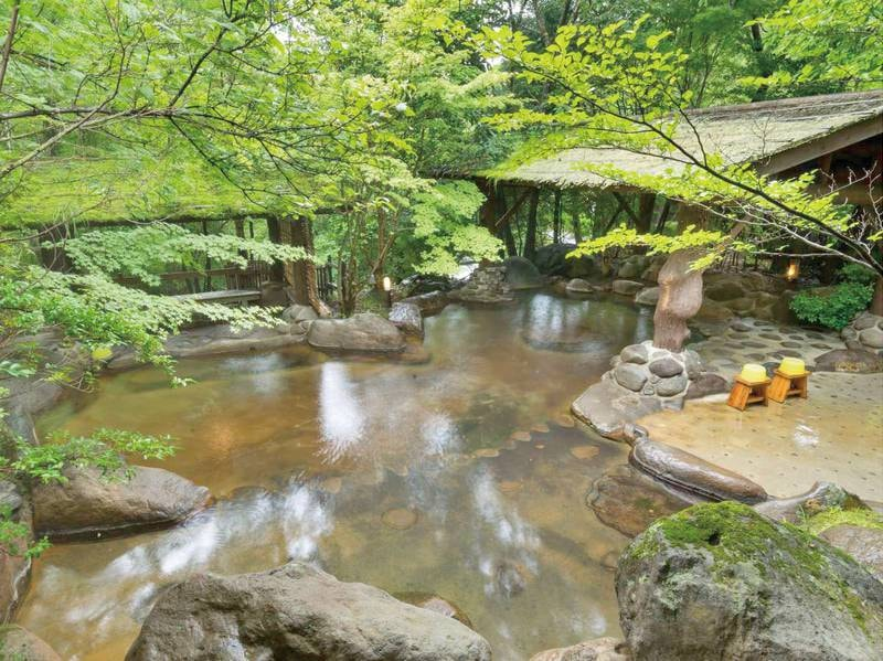 【野天風呂】春~夏は爽やかな緑を眺めてのんびり