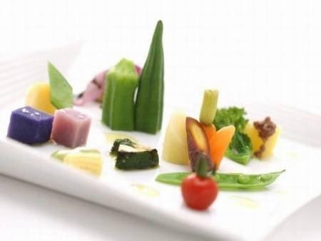 【夕食/例】目にも楽しい土地の野菜を使った一皿