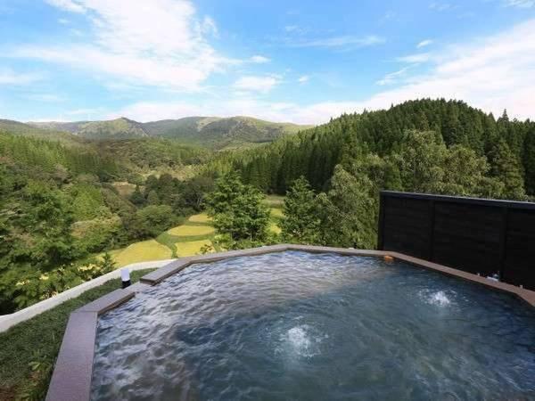 【黒川温泉御処 月洸樹】4000坪の黒川の森に佇む、たった8棟の大人の隠れ家。全ての客室には内風呂と露天風呂を備え、さらに360度の眺望を楽しめる天空の露天風呂も