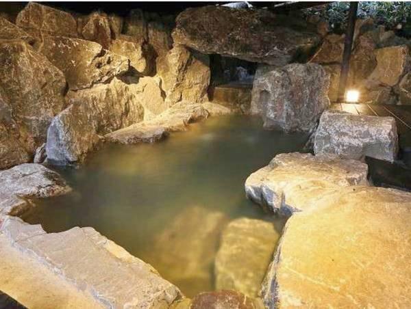 【弓張 yumibari/例】ダイナミックな岩の露天風呂。奥は洞窟風になっており遊び心満載