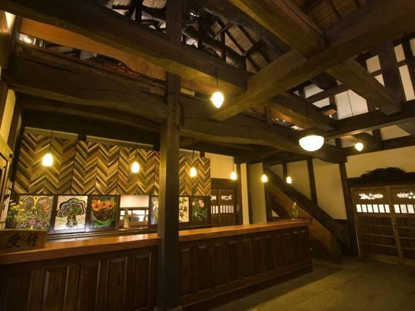 【フロント】お客様をお迎えするフロント棟は、福岡・新宮町から移築した土蔵造りの酒蔵です。晩秋から春にかけては薪ストーブにも火が入ります