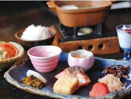 【朝食/一例】炊きたての菊鹿米とご飯に合う手作りおかず、お味噌汁などの和定食をご用意