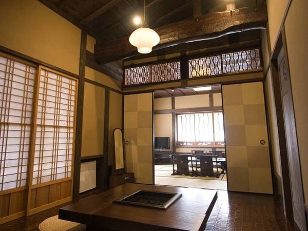 【個室風呂付き和室(2間続き)/例】お部屋は天井を高めの造りにしております。ゆっくり寛いでいただければ嬉しいです
