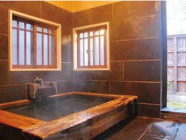 【客室風呂】貴賓室「草庵」には大きめの造りのヒノキ内湯と露天風呂がございます