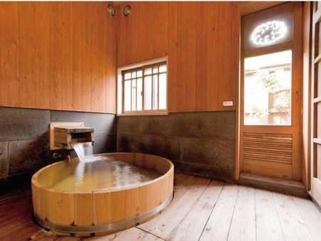【客室風呂】「紅葉」には大き目の造りのヒノキ桶風呂と露天風呂とが備わっております