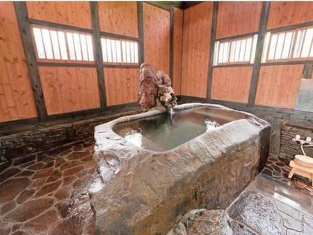 【客室風呂】「野兎」のお部屋に備わるお風呂は、一枚岩をくり抜いて造った世界で一つだけの湯船です