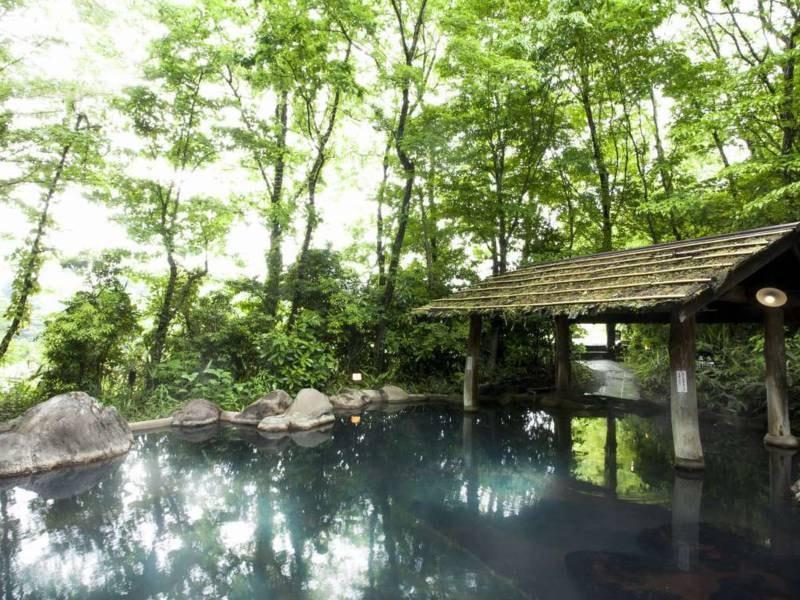 【男女別露天風呂「森の湯」】木々に囲まれ湯浴み
