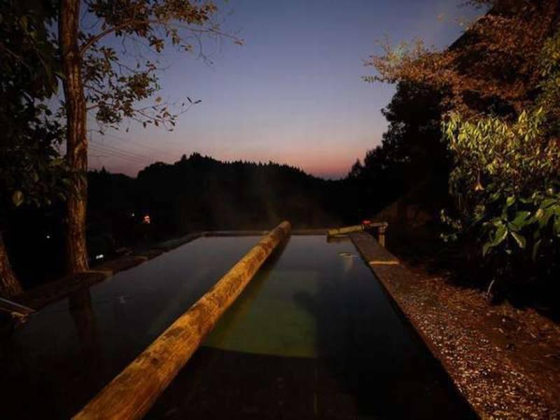 【男女別露天風呂「森の湯」】深さ162センチ!深い立ち湯