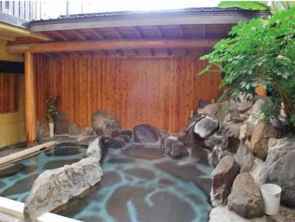 【岩ん湯】広めの岩風呂に五右衛門風呂、檜風呂の3つのお風呂が楽しめる