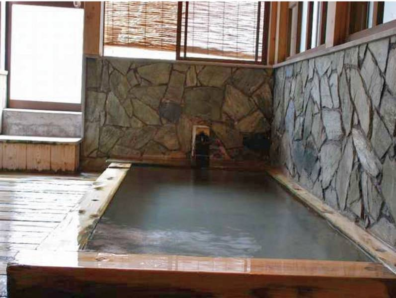 【川ん湯】2つのお風呂が楽しめる。外に出るドアを開けると川を望む露天風呂あり