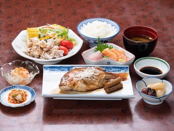 *【夕食一例】女将が心を込めて作るボリューム満点な定食です。