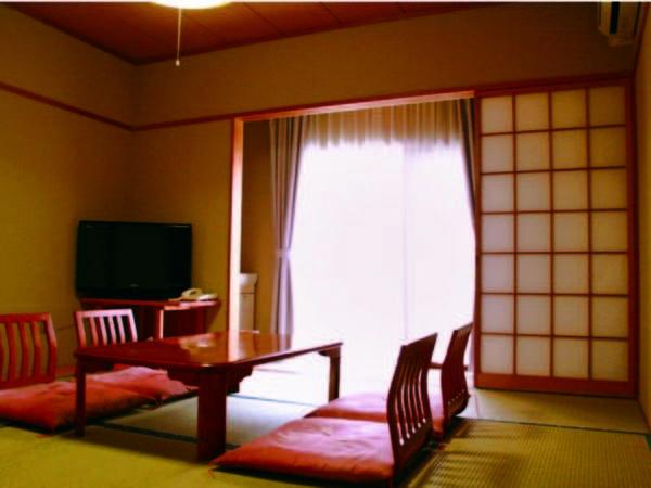 【お部屋】 和室(8畳+広縁)から雄大な八ヶ岳連邦を一望/例