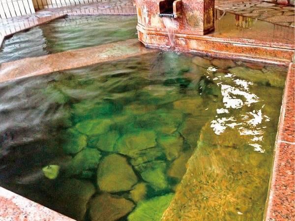 【一宿一飯の湯坊 湯本 柏屋】御影石を使った大浴場と千曲川や温泉街を望む露天風呂が、たっぷり堪能できる。