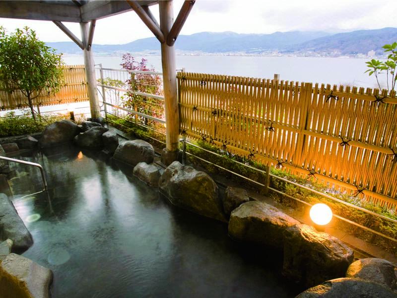 【露天風呂】諏訪湖を見渡す露天風呂や諏訪ならではの地酒風呂など館内15種湯巡り!