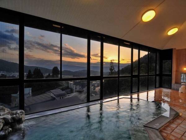 【野沢ビューホテル嶋田屋】一面ガラス張りの男湯からは北信五岳の山々を一望。雄大な景観を眺めながらの湯浴みは開放感抜群。
