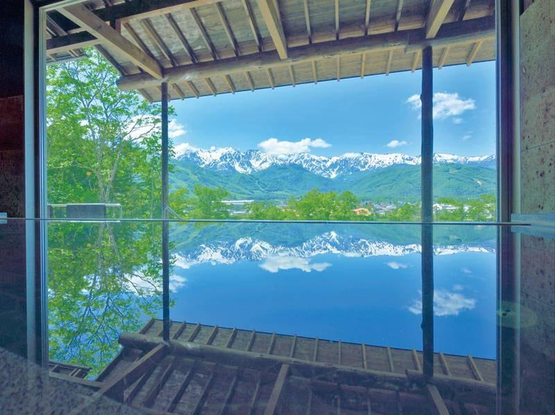 【わらび平の湯大浴場】目の前に水鏡を取り入れた広々とした浴槽