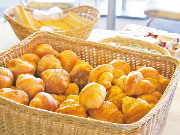 【朝食バイキング/例】パンは白馬村のペンション「エアメイル」さん手作りのパンです。