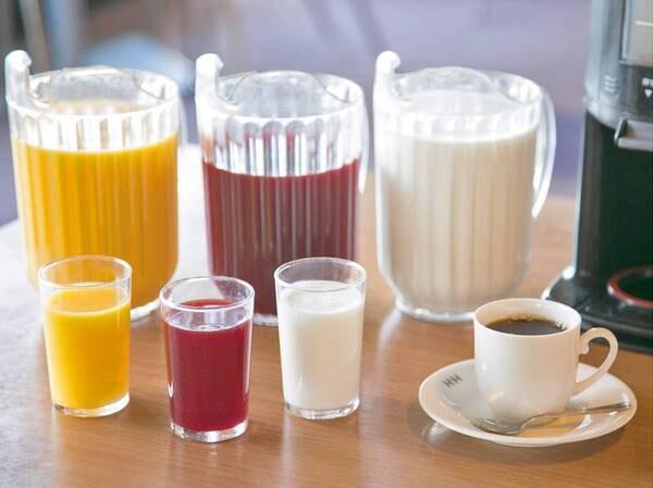 【朝食バイキング/例】お目覚めのお腹に、フレッシュジュースをどうぞ。