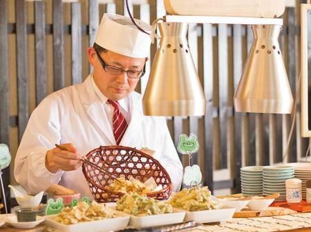 【夕食バイキング/例】目の前で揚げる天ぷら、季節の素材の味をたっぷりとお召し上がりください。ポン酢や抹茶塩などで。