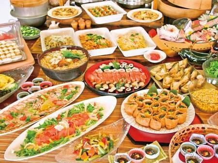 【夕食バイキング/例】地元食材をたっぷり使用。美味しい物を食べて免疫力をあげていきましょう!