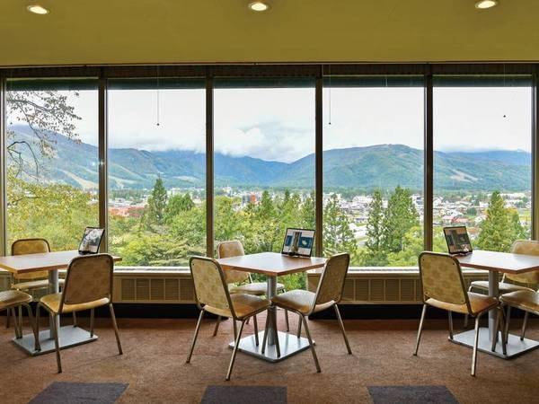 全面ガラス張りの景色のよい食事会場