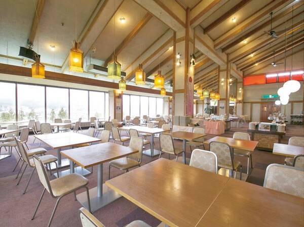 【レストラン】ご夕食・ご朝食共に、こちらのレストランでバイキングをお召し上がりください。