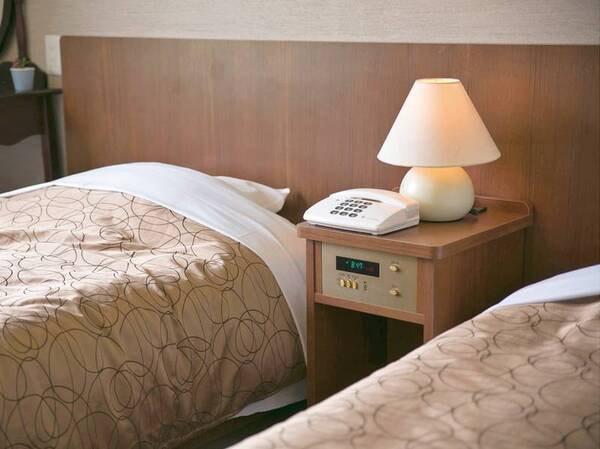 【洋室ツイン/例】ブラウンを基調にまとめたお部屋でゆっくりとおくつろぎください