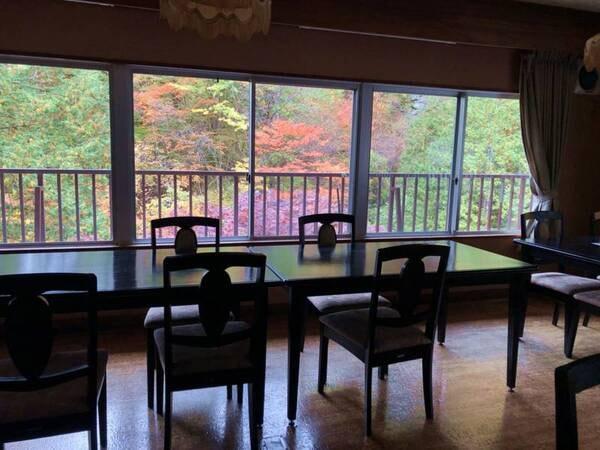 *【食堂】秋の食堂は木々も色づいて幻想的です。