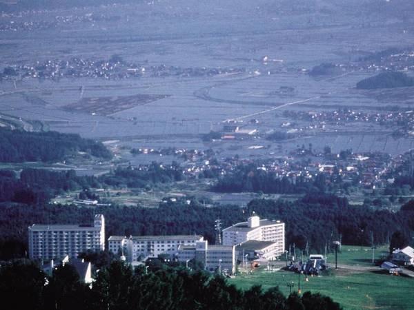 外観 ロビーにある大きな窓から木島平の大自然を望む グリーンシーズンには夏山リフトで木島平村を一望できます