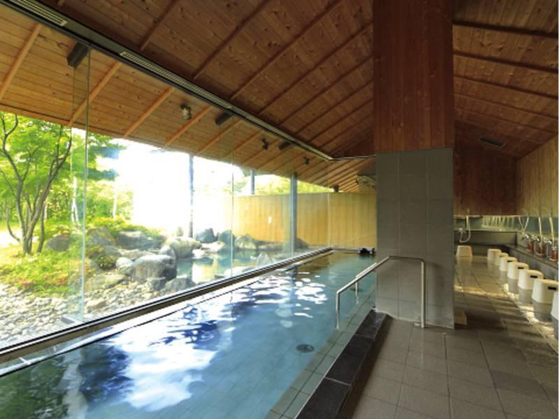 【大浴場】庭園を望む広々とした大浴場でゆったり