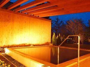 【露天風呂/夜】満点の星空をそばに贅沢な湯浴みをお愉しみください