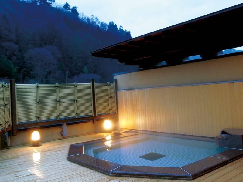 【展望露天風呂「杜の湯」】昼は四方の山々を一望でき、夜には満天の星を眺められる