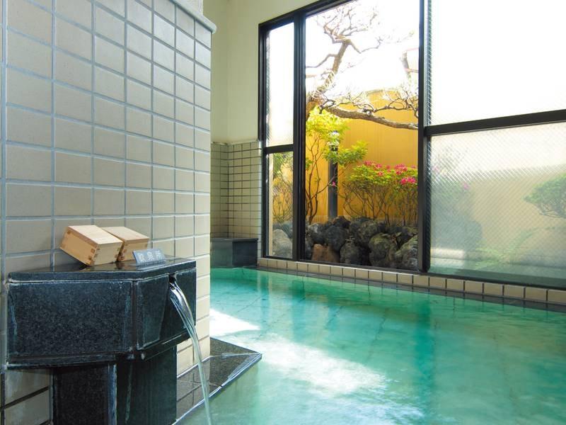 【女湯「化身の湯」】大浴場から見える小さな庭に癒される
